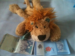 Lewis the Lion compares the old and the new 1 ringgit note